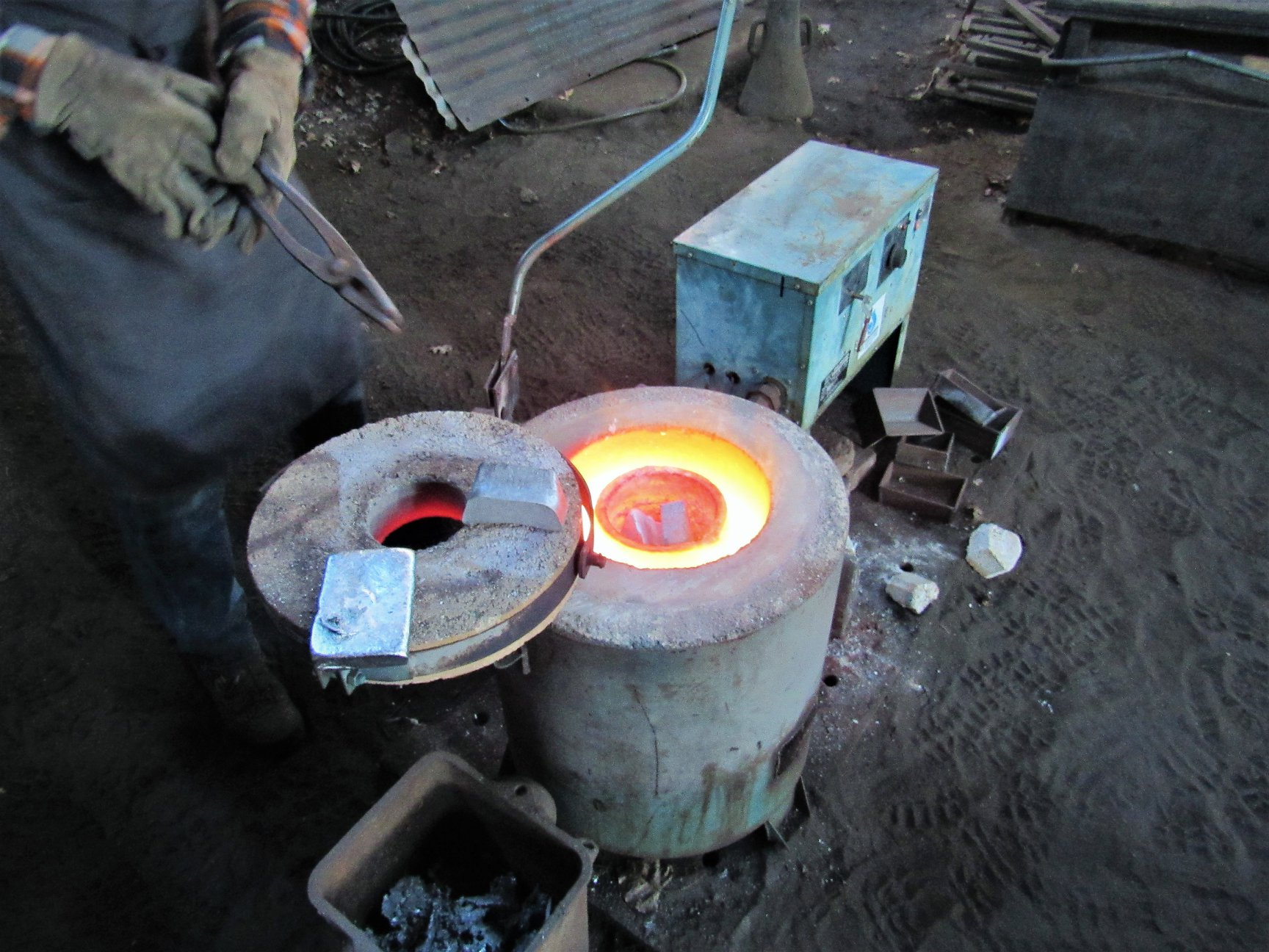 4_Crucible-furnace-with-metal-inserted-and-starting-to-melt